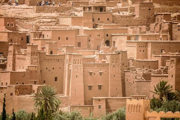 Hoge hoek die van het historische dorp van ait benhaddou in marokko is ontsproten Gratis Foto