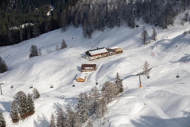 Hoge hoek die van huizen in de besneeuwde bergen is ontsproten Gratis Foto
