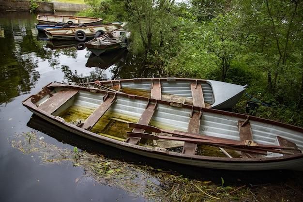 Hoge hoek die van roeiboten in lough cullin dichtbij ponton in county mayo, ierland is ontsproten Gratis Foto