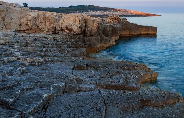 Hoge hoek die van rotsen in de kust van kamenjak in istrië, kroatië is ontsproten Gratis Foto