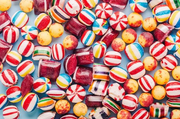 Hoge hoek die van vele kleurrijke suikergoed is ontsproten Gratis Foto