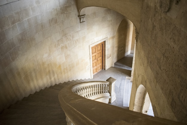 Hoge hoek die van witte trappen binnen een gebouw is ontsproten Gratis Foto