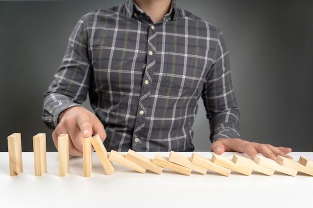 Hoge hoek dominoblokken vallen Gratis Foto