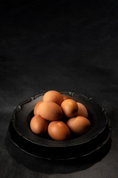 Hoge hoek eieren in kom met exemplaar-ruimte Gratis Foto