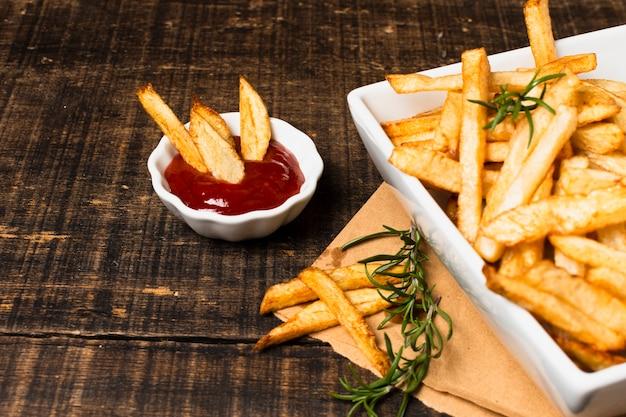 Hoge hoek frieten en ketchup Gratis Foto