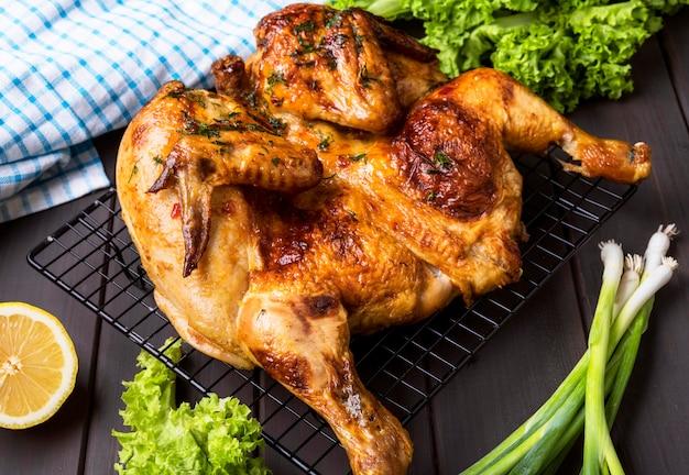 Hoge hoek gebakken hele kip met salade Premium Foto