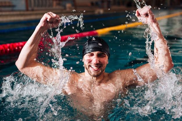 Hoge hoek gelukkige mannelijke zwemmer van overwinning Gratis Foto