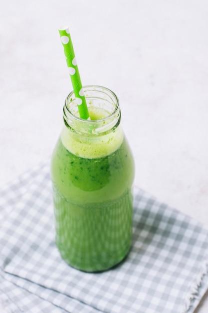Hoge hoek groene smoothie met groen stro Gratis Foto