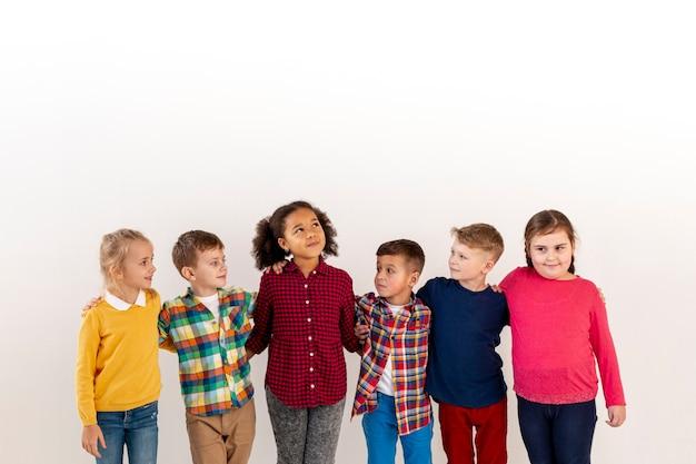 Hoge hoek groep knuffel met kinderen Gratis Foto