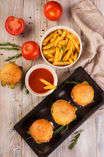 Hoge hoek hamburgers met heerlijke friet Gratis Foto