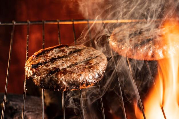Hoge hoek hamburgervlees op de grill Gratis Foto