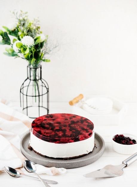 Hoge hoek heerlijke cake met bloemen Gratis Foto
