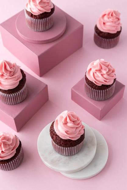 Hoge hoek heerlijke cupcakes op dozen Gratis Foto