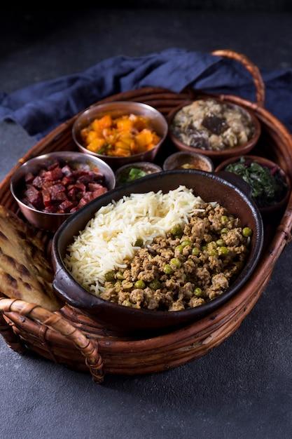 Hoge hoek heerlijke pakistan maaltijd op een tafel Gratis Foto