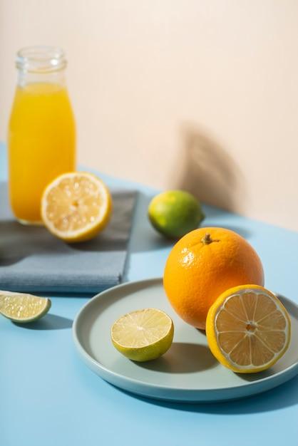 Hoge hoek heerlijke vruchten op plaat Gratis Foto