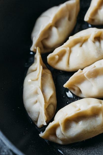 Hoge hoek japanse dumplings assortiment close-up Gratis Foto
