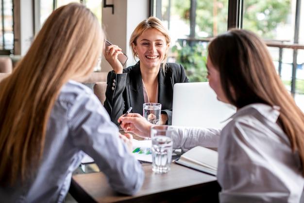 Hoge hoek jonge vrouwen samen te werken Gratis Foto
