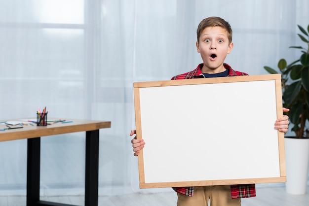 Hoge hoek jongen met frame Gratis Foto