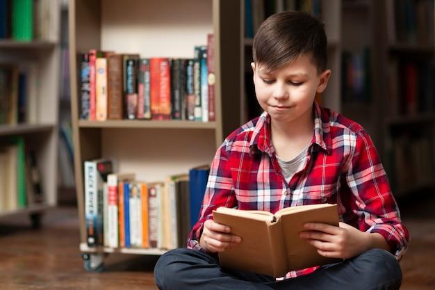Hoge hoek jongetje lezen Gratis Foto