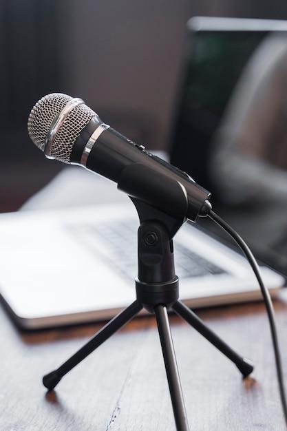 Hoge hoek journalistiek microfoon Gratis Foto