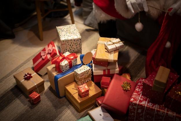 Hoge hoek kerstcadeautjes op de vloer Gratis Foto