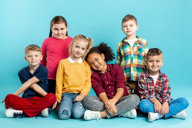 Hoge hoek kinderen bij boekdag evenement Gratis Foto