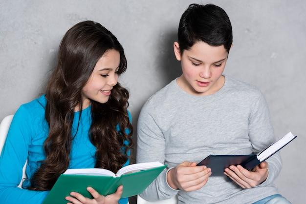 Hoge hoek kinderen lezen Gratis Foto