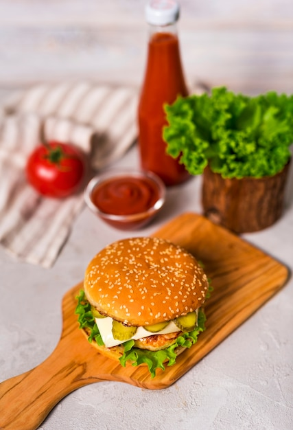Hoge hoek klaar om te worden geserveerd smakelijke hamburger Gratis Foto