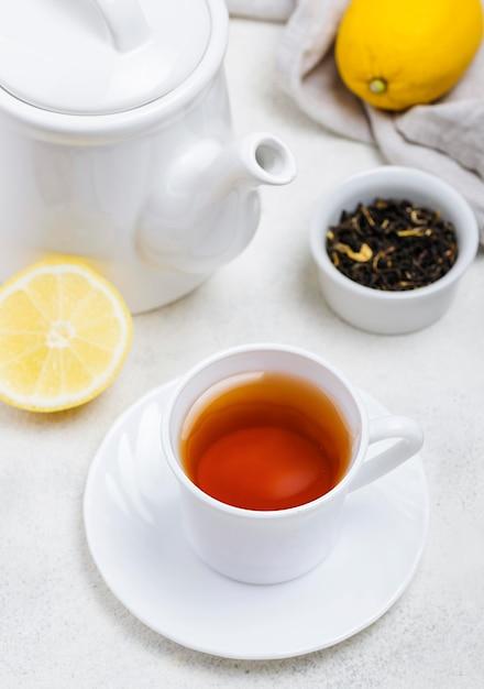 Hoge hoek kopje met thee op bureau Gratis Foto