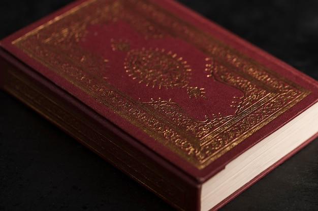 Hoge hoek koran boek op tafel Premium Foto
