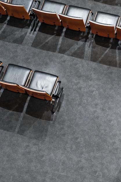 Hoge hoek lege stoelen met schaduwen Gratis Foto