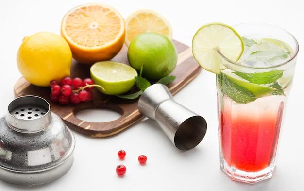 Hoge hoek longdrink met fruit op snijplank Gratis Foto