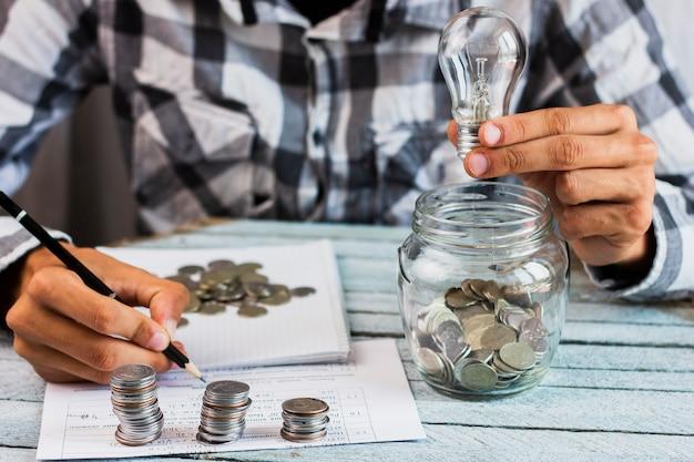 Hoge hoek man berekening besparingen Gratis Foto