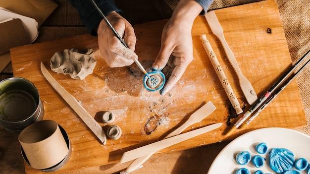 Hoge hoek man carving kunstwerken Gratis Foto