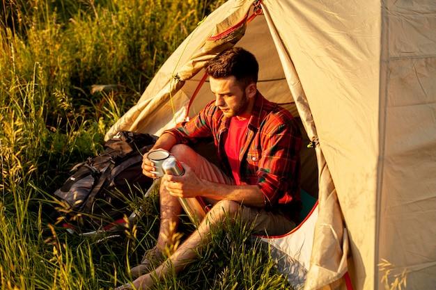Hoge hoek man kamperen Gratis Foto