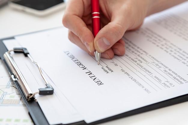 Hoge hoek man ondertekening van een contract voor een nieuw huis Gratis Foto