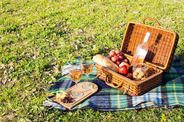 Hoge hoek mand vol goodies voor picknick dag Gratis Foto