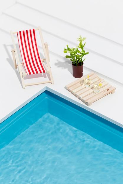 Hoge hoek miniatuur zwembad stilleven arrangement Gratis Foto