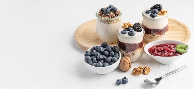 Hoge hoek mix van yoghurt met fruit, haver en jam met kopie-ruimte Premium Foto