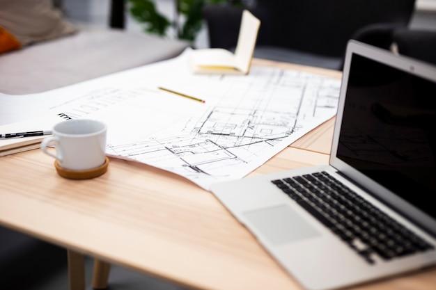 Hoge hoek moderne laptop op kantoormodel Gratis Foto