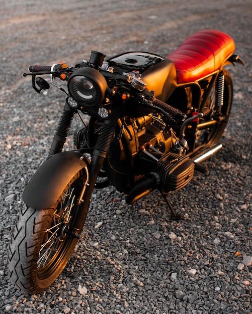 Hoge hoek oude motorfiets buitenshuis Gratis Foto
