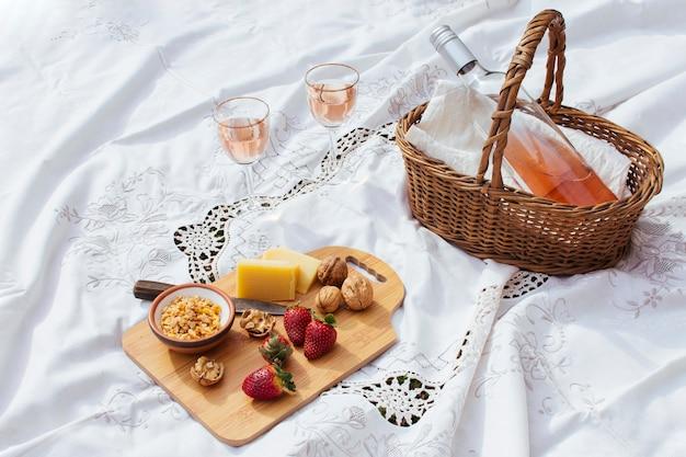 Hoge hoek picknick goodies op wit vel Gratis Foto