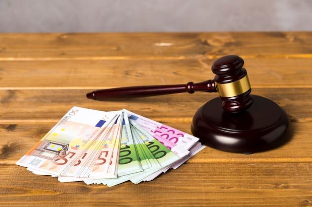 Hoge hoek rechter hamer met eurobankbiljetten Gratis Foto