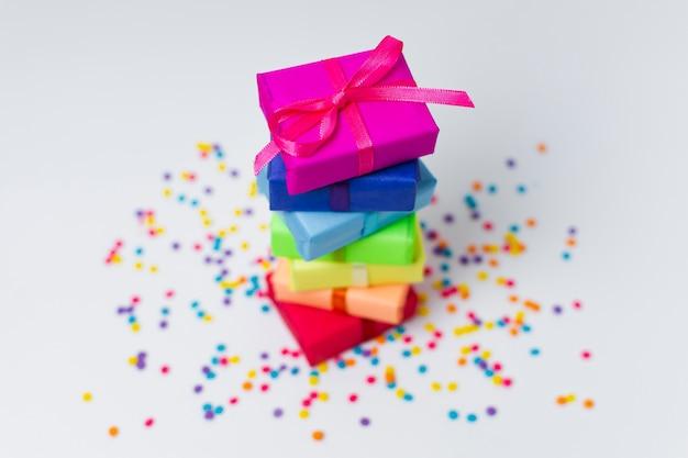 Hoge hoek regenboog geschenken regeling met kopie ruimte Gratis Foto