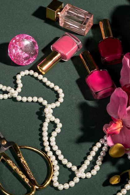 Hoge hoek roze ornamenten op tafel Gratis Foto