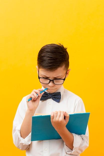 Hoge hoek schattige jongen lezen Gratis Foto