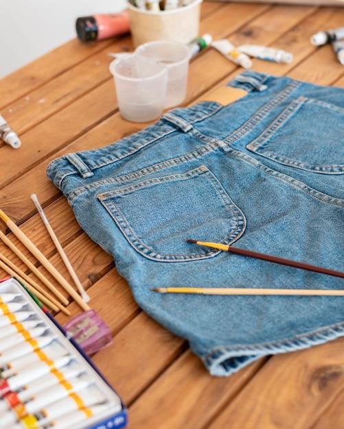 Hoge hoek schilderijartikelen en korte broeken Premium Foto