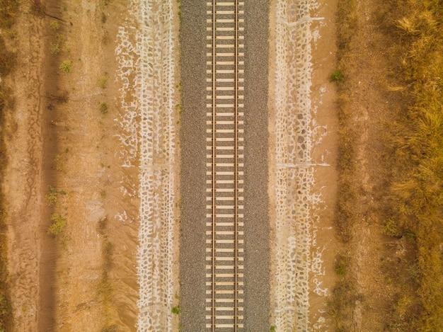 Hoge hoek schot van de spoorlijn in het midden van de woestijn gevangen in nairobi, kenia Gratis Foto