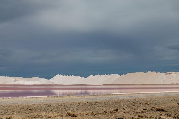 Hoge hoek schot van esthetische zoutpannen in bonaire, caribisch gebied Gratis Foto