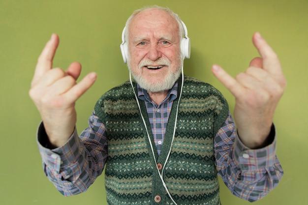 Hoge hoek senior luisteren rockmuziek Gratis Foto
